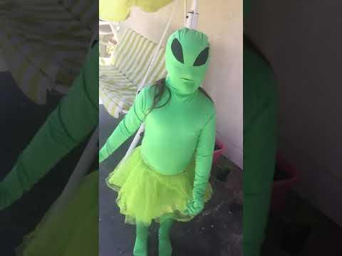 señora alien bailando