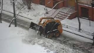 Трактор на газоне в Москве (Измайлово) 12.01.2017. Часть 2.(Работник ЖКХ на тракторе разрыхляет грязный снег, который складировался здесь дворниками. Затем этот газон..., 2017-01-13T13:18:57.000Z)