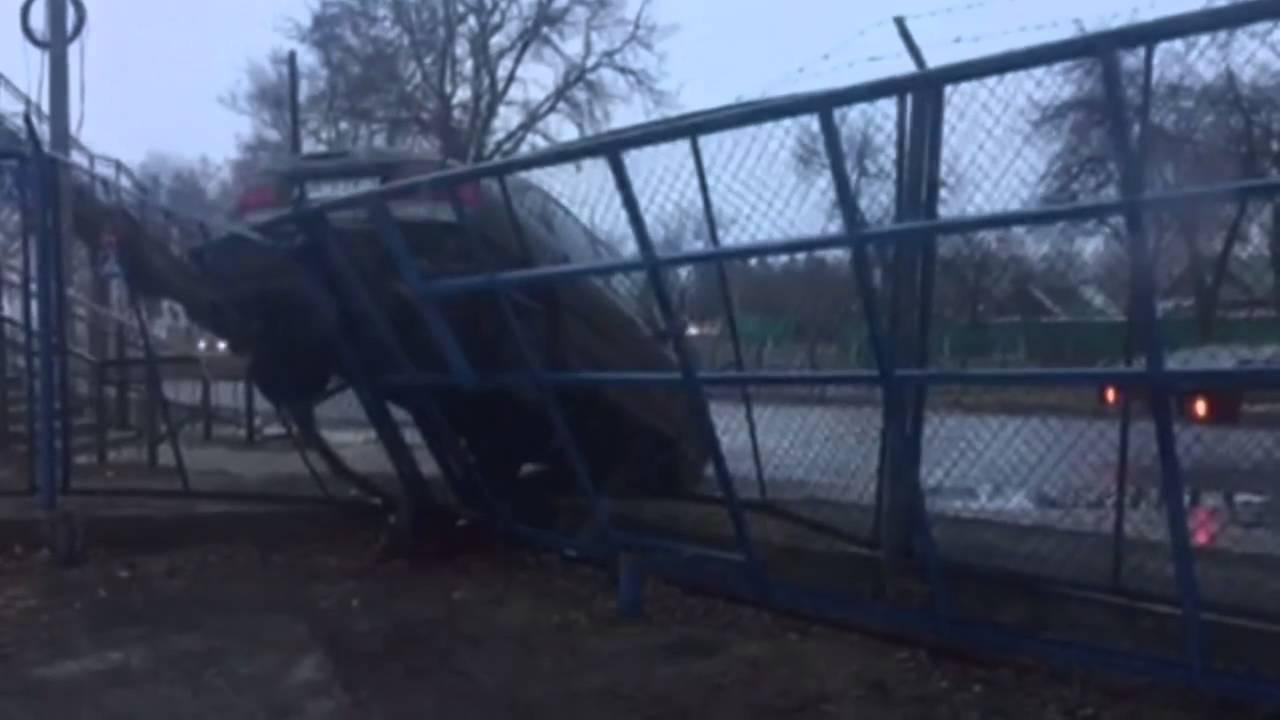 ДТП Гомель 29 02 2016  На лабутенах заехала задним ходом на забор стоянки