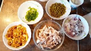 Простой салат с куриной грудкой и омлетом