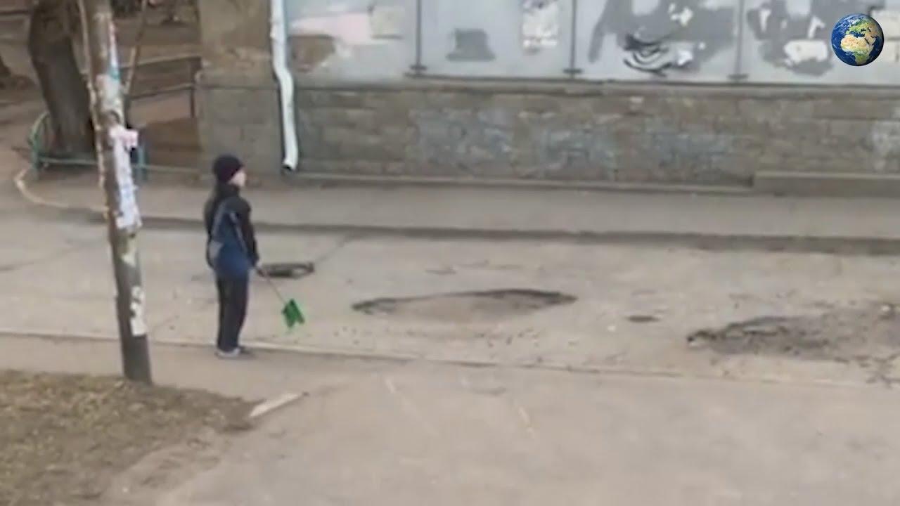 Мальчик из Омска засыпает ямы на дороге