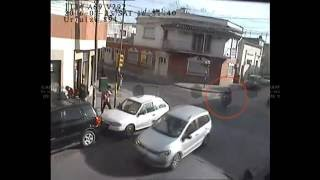 Abrió la puerta del auto y generó una accidente