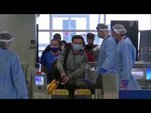 В Шанхае переполох вызвал один положительный тест на COVID-19 у грузчика в аэропорту.