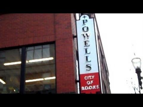 Shopping Powell's Books - Portland, Oregon