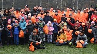 Неожиданные гости на тренировке Шахтера: 60 детей и новогодние подарки