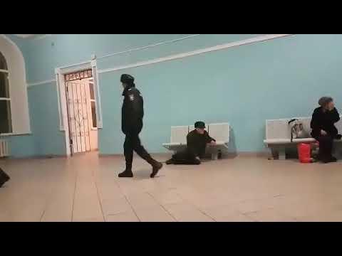 В Альшеевском районе полицейские грубо столкнули спящего пожилого мужчину со скамьи на вокзале