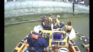 Boat sinking by Millenium foot bridge with 4 people on board