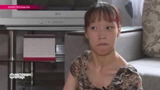 Ноги нитка и иголка девушка инвалид вышивает с парализованными руками