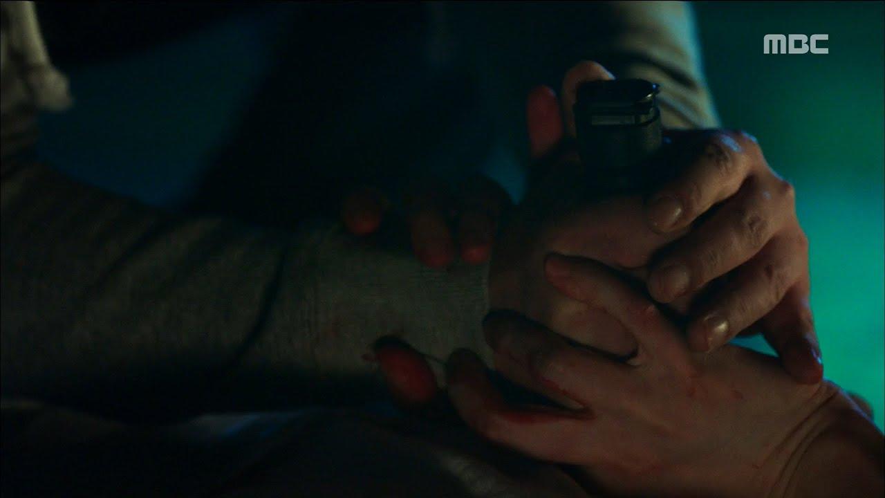 [W] ep 05 Kim Eui-sung thrust at Lee Jong-suk with a knife 20160803