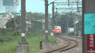[HD] The Taiwan TRA train haul by GE E42C E200 E206 pass the Banpingshan Back Lane level crossing