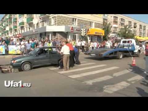 В Уфе провалился асфальт: застряла машина