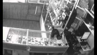 Форточник украл из магазина 40 телефонов(В городе Шелехов Иркутской области задержан вор-форточник, который проник в торговый павильон через окно..., 2013-05-21T00:50:07.000Z)