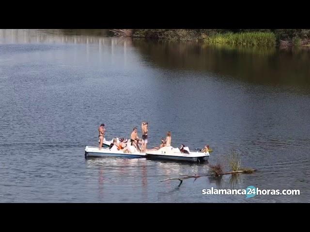Fiesta improvisada en mitad del río Tormes