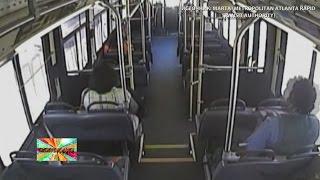 ✔ В США пассажиры выбежали из автобуса за секунды до столкновения с поездом