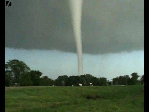 Images impressionnantes d'une tornade
