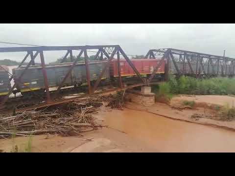 Se derrumbó puente y cayó tren al río en Salta