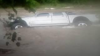 Cuatro docentes lograron escapar de una camioneta que fue arrastrada por el agua