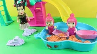 Küçük Cadı Maşaların Havuzuna Kinetik Kum Döküyor Maşalar Ne Yapacak Masha İzle