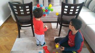 Eğlenceli aktivite yaptık. Renkli topları bantlara yapıştırdık