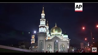 Moscow: Huge number of worshippers come to pray at new mosque | Editor