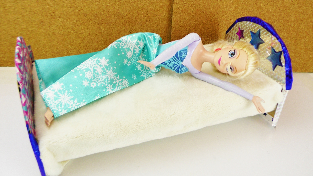 frozen eisk nigin bekommt ein neues bett barbie bett. Black Bedroom Furniture Sets. Home Design Ideas