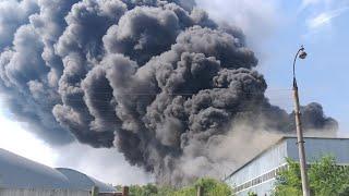 В Самаре горит склад столб дыма видно в разных частях города