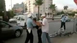 Repeat youtube video بوليسي كيصرفق صاحب دراجة والاخير يرد