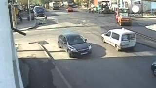бык ударил полицейского, смотрите.