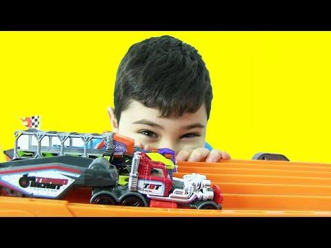 Hot Wheels Araba Taşıyan Oyuncak Tırlar Yarışıyor