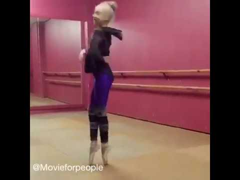 Девушка танцует на пуантах
