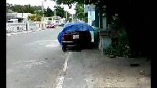 Auto estacionado sobre la banqueta y bien protegido por su propietario.
