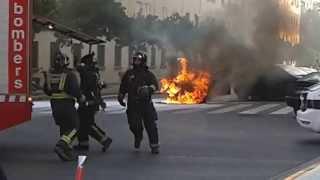 Coche ardiendo en la avenida Burjassot de Valencia