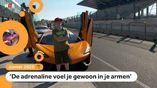 Kinderen rijden in peperdure sportwagens op het circuit