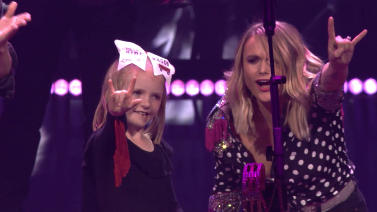 Miranda Lambert brings little girl up onstage during All Kinds of Kinds