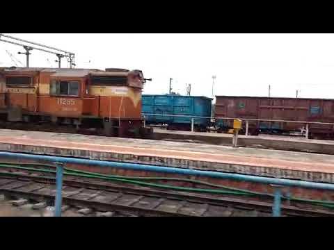 Download 11303 Manugur-Kolhapur Express meets 12976 Jaipur-Mysore Express at Guntakal Railway station