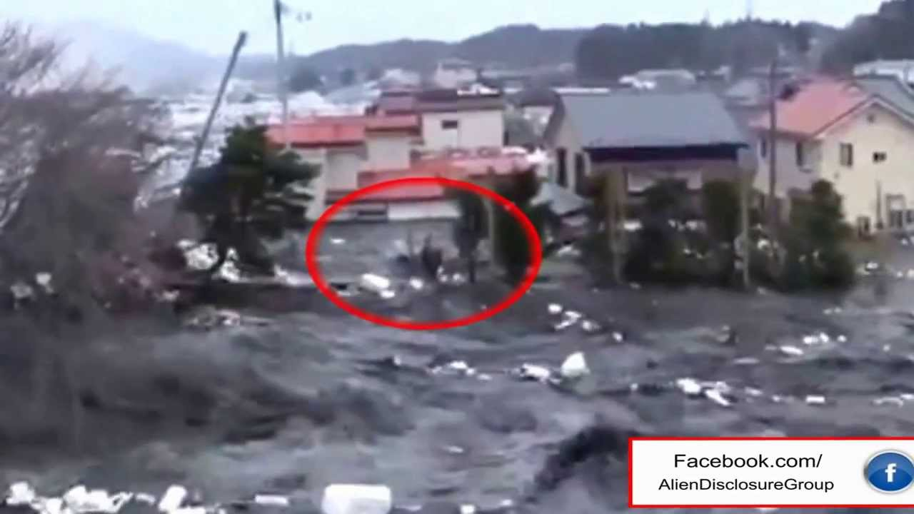 3 Ghosts Filmed During Japan Tsunami 直擊幽靈? 日本311海嘯驚見神祕3白煙 - YouTube