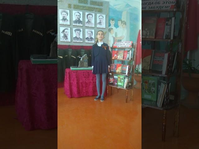 Изображение предпросмотра прочтения – ВикторияГаджинова читает произведение «В пилотке мальчик босоногий» А.Т.Твардовского