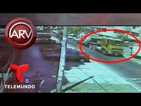 Un poste de alumbrado cayó sobre varios peatones en Perú | Al Rojo Vivo | Telemundo