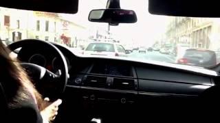 Девушка за рулём БМВ