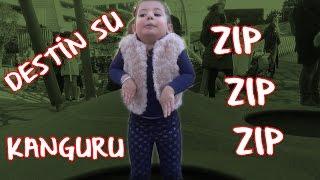 Gambar cover Destin Su Oyun Parkında Trambolin'de Kanguru ve Tavşan Gibi ZIP ZIP ZIP Zıpladı. Eğlenceli Video.
