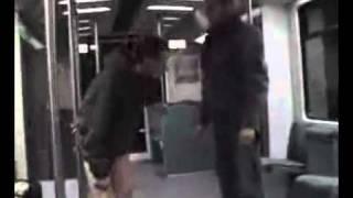 Comment calmer un petit con qui agresse les gens dans le métro
