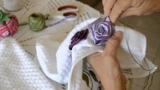 Toalha de lavabo com rosas de fitas de cetim