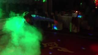 Пьяный гость на свадьбе исполняет акробатические номера.Мастерство не пропьешь)