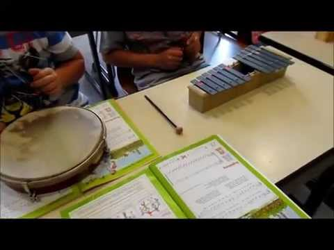 Grundschule-Musikunterricht: Musizieren mit Xylophonen, Klanghölzern, Trommel und Triangel