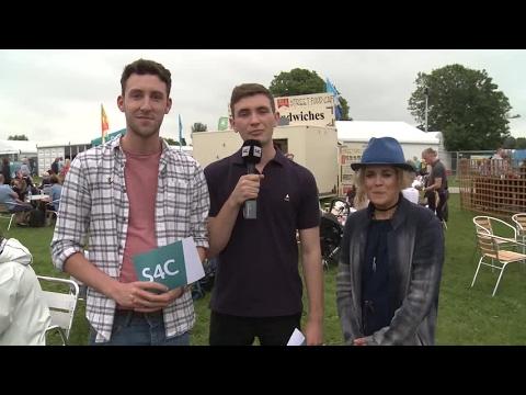 Amy Wadge gyda Gareth ac Euros