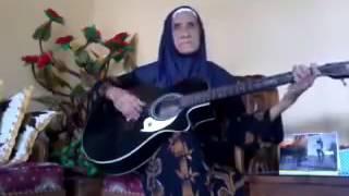 Woww... Keren nenek pandai main gitar dan nyanyi...