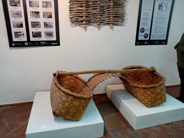 Una exposición recupera la tradición de la cestería de Grau