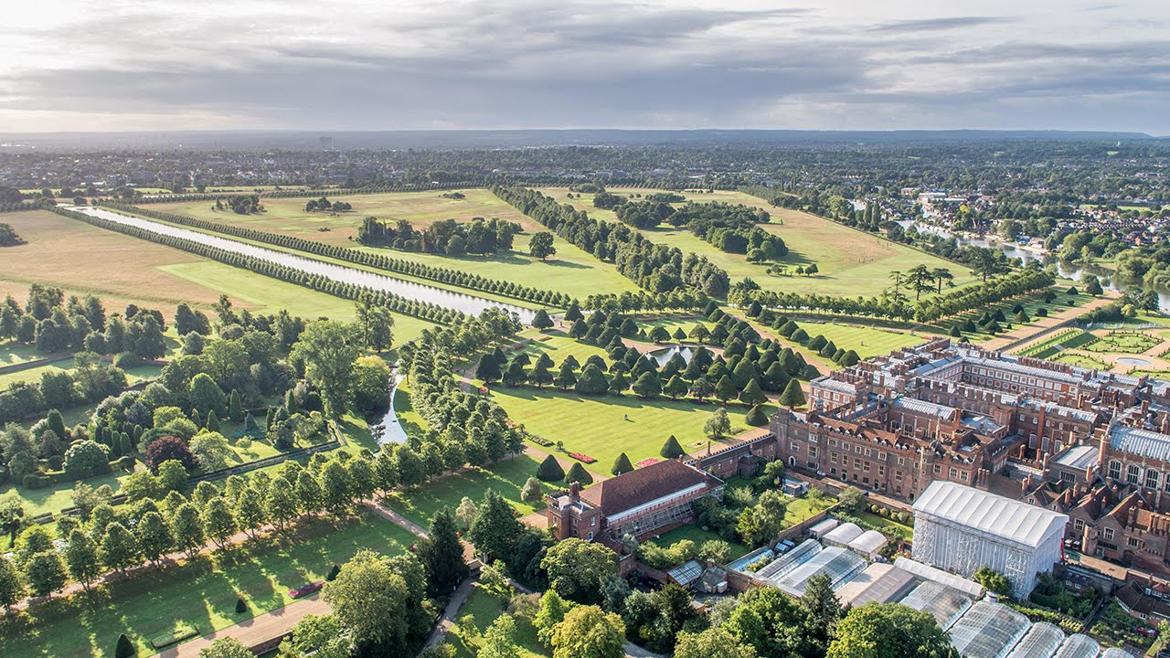 Roses In Garden: Hampton Court Palace Gardens: A Year In The Life