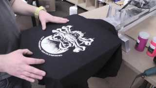 Siebdruck auf schwarzen Shirts mit SDLPRO Siebdruckfarbe