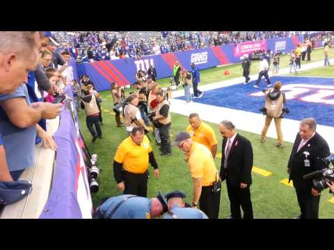 Eagles giants Cooper manning jumps on to the Field